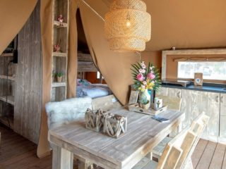 Safari Cabin woonkamer met open keuken