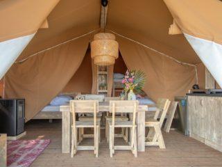 Safari Cabin woonkamer met eettafel