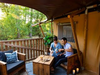 YALA_Dreamer_couple_on_veranda_landscape - safaritenten en glamping lodges