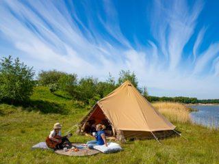 YALA_BellTent_at_EigenWijze_Netherlands_couple_before_tent_landscape - Safarizelte & Glamping Lodges