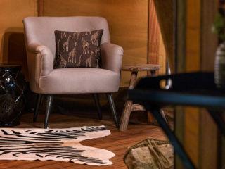 YALA_Aurora_interior_seat_with_table - Safarizelte und Glamping Lodges