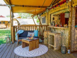 YALA_Dreamer_veranda_with_bar_landscape - Safarizelte und Glamping Lodges