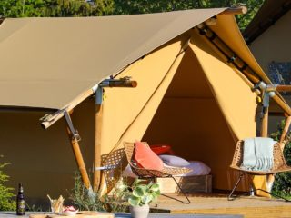 YALA_Sparkle_exterior_at_the_campsite_landscape - Safarizelte & Glamping Lodges