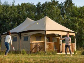 YALA_Twilight_safari_tent_couple_playing_badminton - Tentes safari e glamping lodges