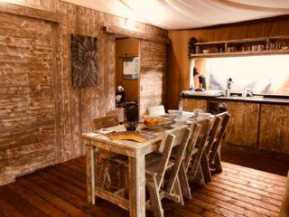 YALA_Stardust_interior_table - tienda de safari glamping