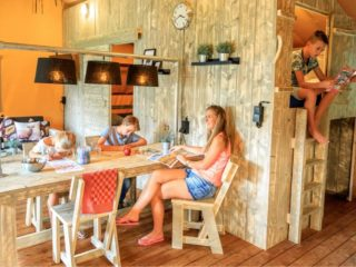 YALA_Dreamer_interior_with_family_Zandhegge - サファリテント & グランピングロッジ