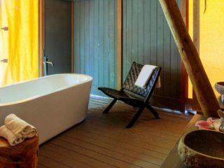 YALA_Supernova_bathroom_with_furniture_landscape - サファリテント & グランピングロッジ